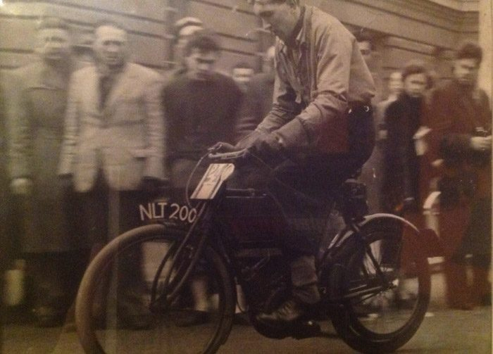 Na fotografii Roger Maughfling podczas wyścigu z Londynu do Brighton na swoim klasycznym motocyklu. Zdjęcie z około 1950 roku.