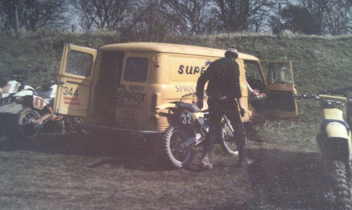 Roger Maughfling i jego syn DJ Maughfling w 1983 na torze motocrossowym. DJ zaczął jeździć na motocyklu gdy miał 6 lat i nadal kocha motocykle.
