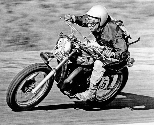 Malcolm Smith na Husqvarna w wyścigu w USA. Malcolm tego nie wiedział ale każdy nowy motocykl Husqvarny produkowany był na zębatkach Supersprox fabrycznie.